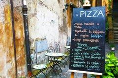 Svart tavla av pizzeria i Rome Arkivbilder