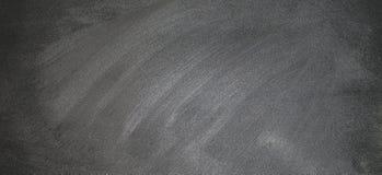 Svart tavla eller den svart tavlan med kritaklotter, kan sätta mer text på a senare Arkivbilder