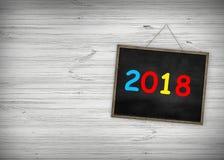 Svart tavla 2018 för årsutbildningsbegrepp med trärambakgrund antik svart tavla för lyckligt nytt år för text Arkivbild