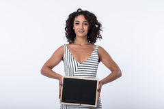 Svart tavla för mellanrum för innehav för affärskvinna Arkivfoto