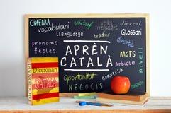 Svart tavla i ett Catalan språkklassrum Arkivfoto