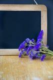Svart tavla med blommor Royaltyfri Fotografi