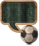 Svart tavla med den fotbollfältet och bollen Arkivfoto