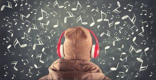 Svart tavla med drog musikaliska anmärkningar Arkivfoton