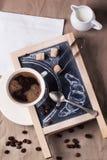 Svart tavla med kaffe och socker arkivbild