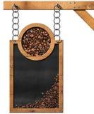 Svart tavla med kaffebönor och kopieringsutrymme Arkivfoto