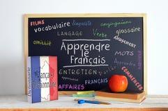Svart tavla med meddelandet LÄR FRANSKA royaltyfri foto