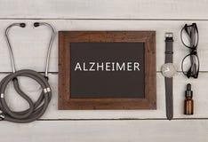 svart tavla med text & x22; Alzheimer& x22; , glasögon, klocka och stetoskop royaltyfri foto