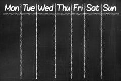 Svart tavla med text`en måndag, tisdag, onsdag, torsdag, fredag, lördag, söndag `, Arkivbild