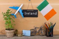 svart tavla med text & x22; Ireland& x22; , ritar flaggan av Irland, flygplanmodellen, den lilla cykeln och resväskan, kompass, Royaltyfria Bilder
