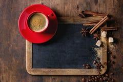 Svart tavla och kaffe arkivbilder