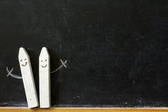 Svart tavla och krita tillbaka till skolaabstrakt begreppbakgrund Arkivbilder
