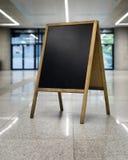 Svart tavla på vänd företags bakgrund lämnat vertikalt arkivfoton