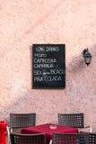 Svart tavla som hänger på väggen med en drinklista Fotografering för Bildbyråer