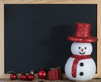Svart tavlagarnering för jul med snögubben och den röda gåvaasken Royaltyfri Foto