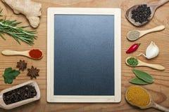 Svart tavlameny på en träbakgrund med kryddor Royaltyfria Bilder