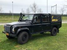 Svart taxi för landRover Defender 130 kräva royaltyfri bild