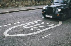 Svart taxi i gatorna Fotografering för Bildbyråer