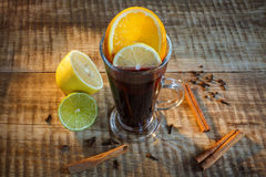 Svart te i den glass koppen med två skivor av citronen och limefrukt, cinnam royaltyfri foto