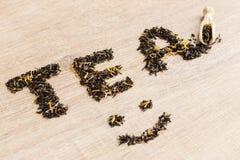Svart te i en sked Royaltyfri Bild
