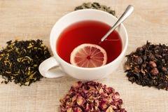 Svart te i en sked Arkivbilder