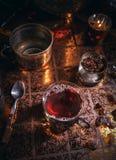 Svart te i kopp och stearinljus Royaltyfri Foto