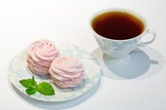 Svart te med den rosa blåbärmarshmallowen Sötsaker som dekoreras med arkivfoton