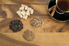 Svart te med te för löst blad och rått socker Royaltyfri Foto