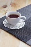 Svart te på tabellen Arkivfoto