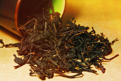 Svart te som hälls från den keramiska kruset Royaltyfri Bild