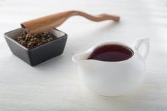 Svart te, torrt te och sked Royaltyfri Foto