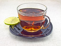 Tea med en skiva av limefrukt Royaltyfri Bild