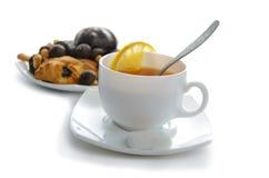 Svart tea med kakor Arkivbild