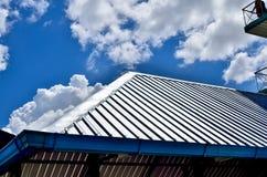 Svart tegelplattatak på ett nytt hus med blå himmel Royaltyfri Foto
