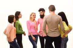svart telefon för kommunikationsbegreppsmottagare Studenter lyckliga vänner, par har gyckel, vit bakgrund som isoleras Ungdom, vä royaltyfria foton