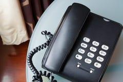 Svart telefon med den pappers- anmärkningen, kommunikation Royaltyfria Bilder