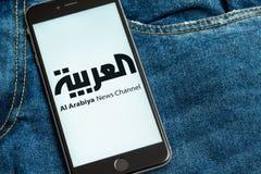 Svart telefon med logo av nyhetsmedia Al Arabiya på skärmen royaltyfri bild