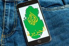 Svart telefon med logo av nyhetsmedia Al Jazeera på skärmen arkivfoton