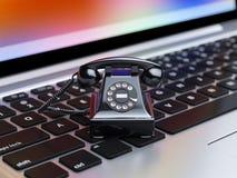 Svart telefon på datortangentbordet Royaltyfria Bilder