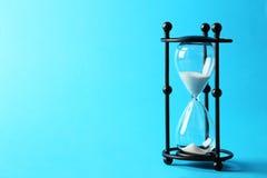 Svart timglas på den blåa bakgrunden royaltyfri foto