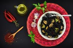 Svart tioarmad bläckfiskfärgpulverpasta med champinjoner och kryddor Royaltyfri Fotografi