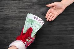 Svart träbakgrund Jultomten gåva för dig klaus santa för frost för påsekortjul sky Top beskådar Xmas-lyckönskan Claus ger pengar royaltyfri foto