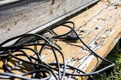 Svart tråd med proppen på en träbänk fotografering för bildbyråer
