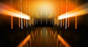 Svart tunnel, svart glans, neonlampor som hänger från taket, reflekterat i väggarna och golvet Nattsikt av korridoren arkivbilder