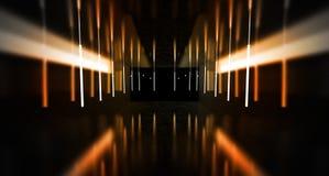 Svart tunnel, svart glans, neonlampor som hänger från taket, reflekterat i väggarna och golvet Nattsikt av korridoren royaltyfri bild
