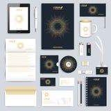 Svart uppsättning av mallen för företags identitet för vektor Modern affärsbrevpappermodell Brännmärka design med runt guld- Arkivfoto