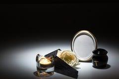 Svart urna med det svarta bandet, vitros, stearinljus, för sympatikort Royaltyfri Foto