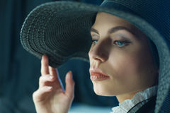 svart ursnygg hattkvinna Arkivbild