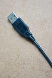 Svart USB kabel på trätabellen Arkivfoton