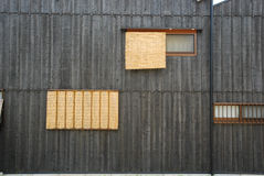 Svart vägg med den vide- gardinen Arkivbilder